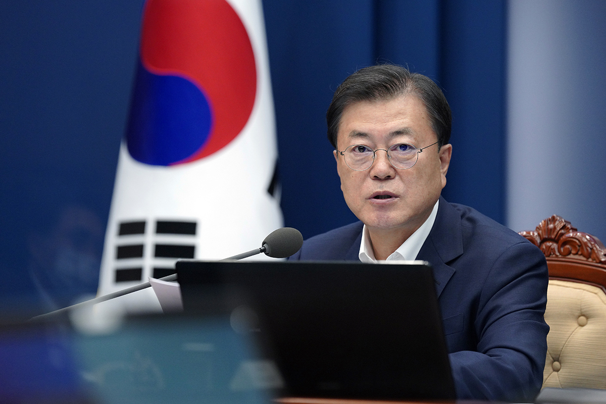 President Moon Jae-in presides over a strategy meeting of a new government-private committee for the nation's vaccine hub vision at Cheong Wa Dae on Thursday. (Cheong Wa Dae)