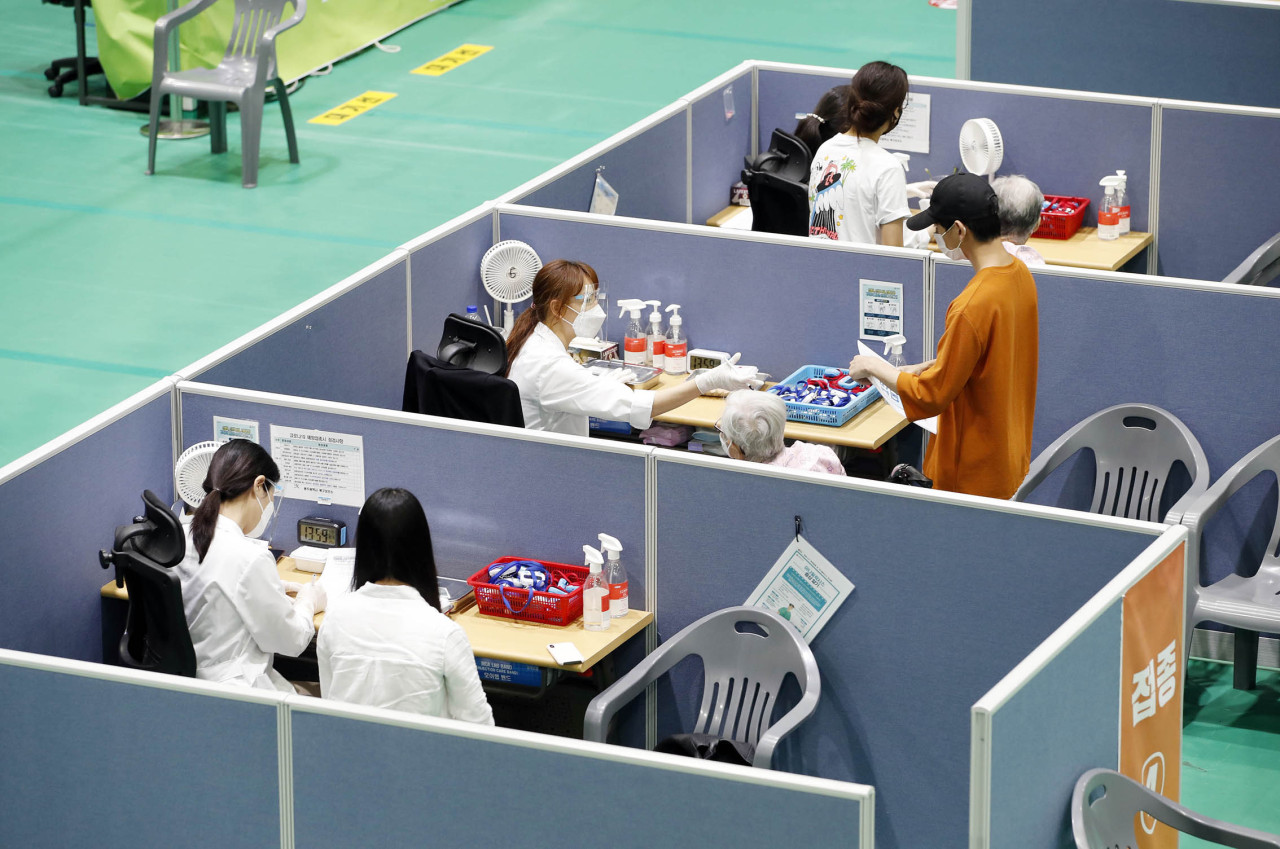 Medical workers administer COVID-19 vaccinations at a vaccination center in Gwangju, 330 kilometers south of Seoul, on Thursday, in this photo released by the Buk Ward office of the city. (Buk Ward office)