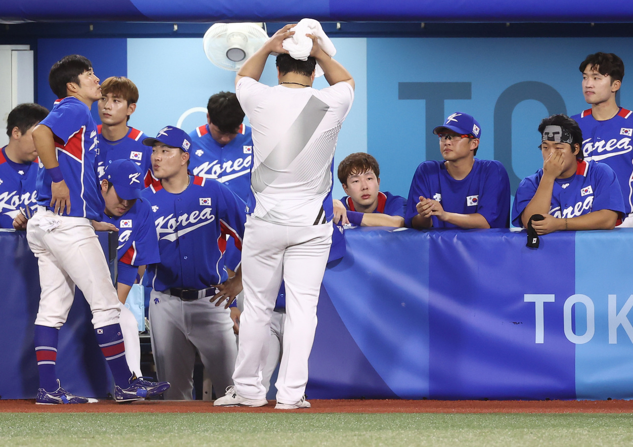 South Korean players react to their 7-2 loss to the United States in the teams' semifinal game of the Tokyo Olympic baseball tournament at Yokohama Stadium in Yokohama, Japan, on Thursday. (Yonhap)