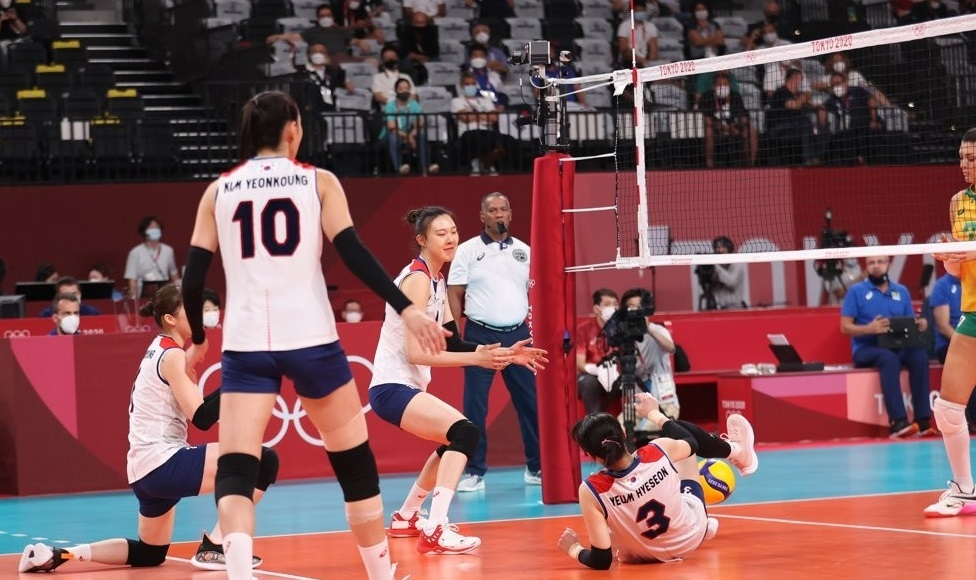 South Korean players react to a lost point against Brazil during the semifinals of the Tokyo Olympic women`s volleyball tournament at Ariake Arena in Tokyo on Friday. (Yonhap)