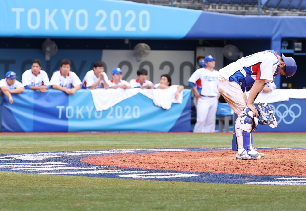 Yang Eui-ji of South Korea (right) reacts to a two-run double by Juan Francisco of the Dominican Republic during the top of the eighth inning of the bronze medal game at the Tokyo Olympic baseball tournament on Saturday at Yokohama Stadium in Yokohama, Japan.