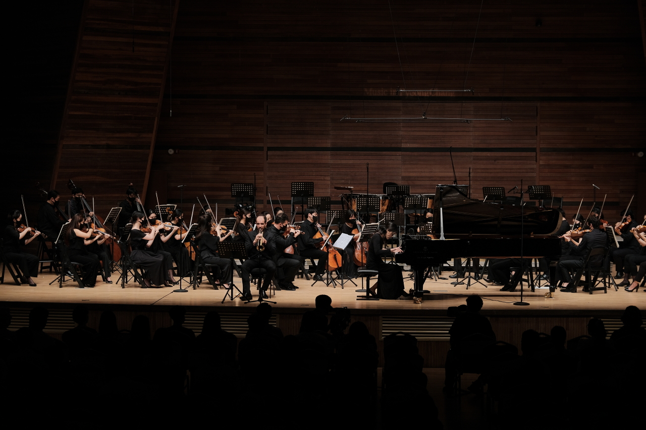 Trumpeter Alexandre Baty (left front) and pianist Son Yeol-eum (right front) and the PyeongChang Fesitval Orchestra perform Shostakovich's Concerto for Piano, Trumpet and Strings, Op. 35 at the Alpensia Music Tent in PyeongChang, Gangwon Province, Thursday. (MPyC)