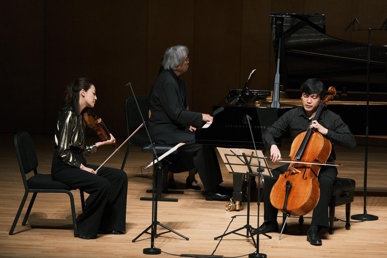바위: From left: Violinist Clara-Jumi Kang, pianist Paik Kun-woo and cellist Kim Doo-min perform Debussy's Piano Trio in G major at the Alpensia Concert Hall in PyeongChang, Gangwon Province, Friday. (MPyC)