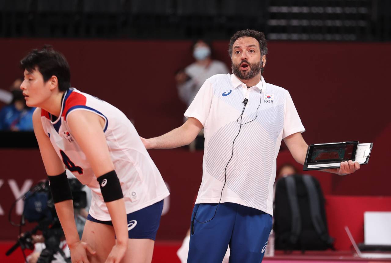 South Korea head coach Stefano Lavarini (R) directs his players against Serbia during the bronze medal match of the Tokyo Olympic women's volleyball tournament at Ariake Arena in Tokyo on Sunday. (Yonhap)