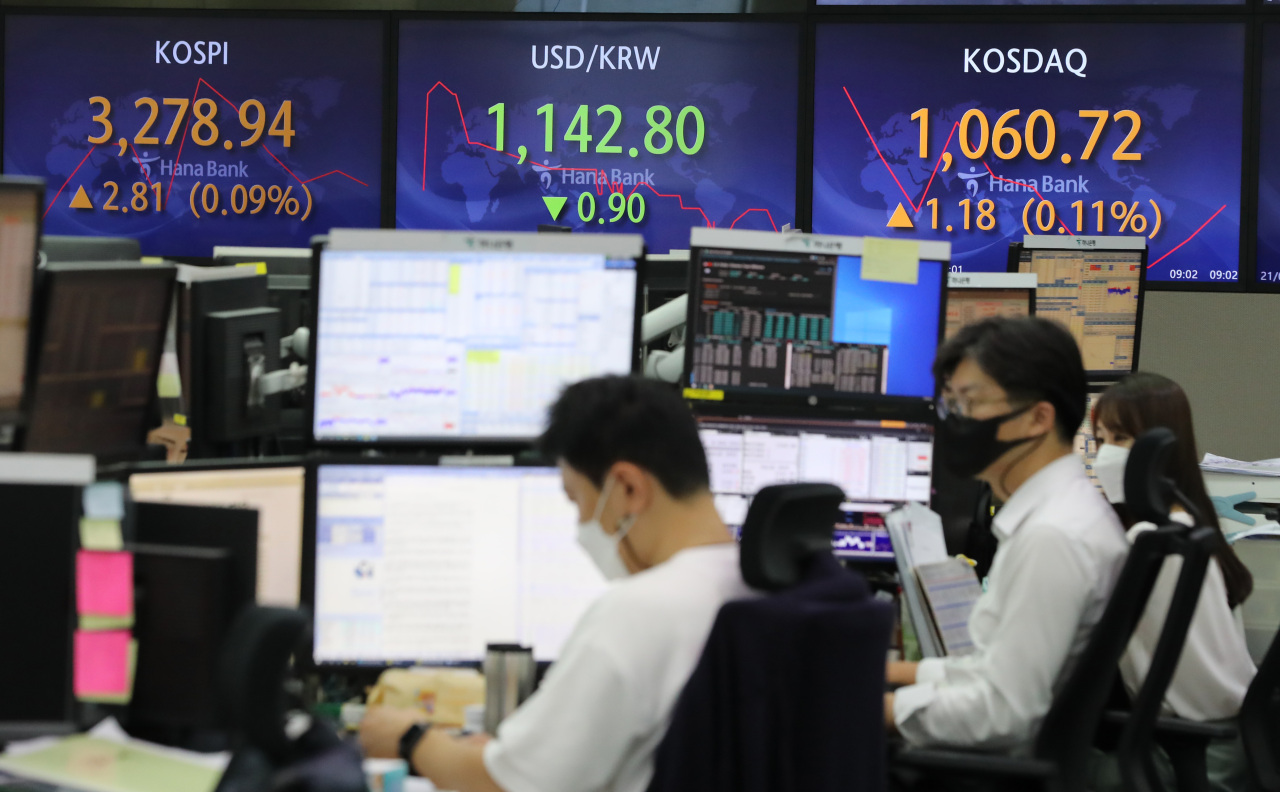 Dealers look at monitors at Hana Bank headquarters in central Seoul on Friday morning, as both South Korea's benchmark Kospi and tech-heavy Kosdaq started off slightly strong. (Yonhap)