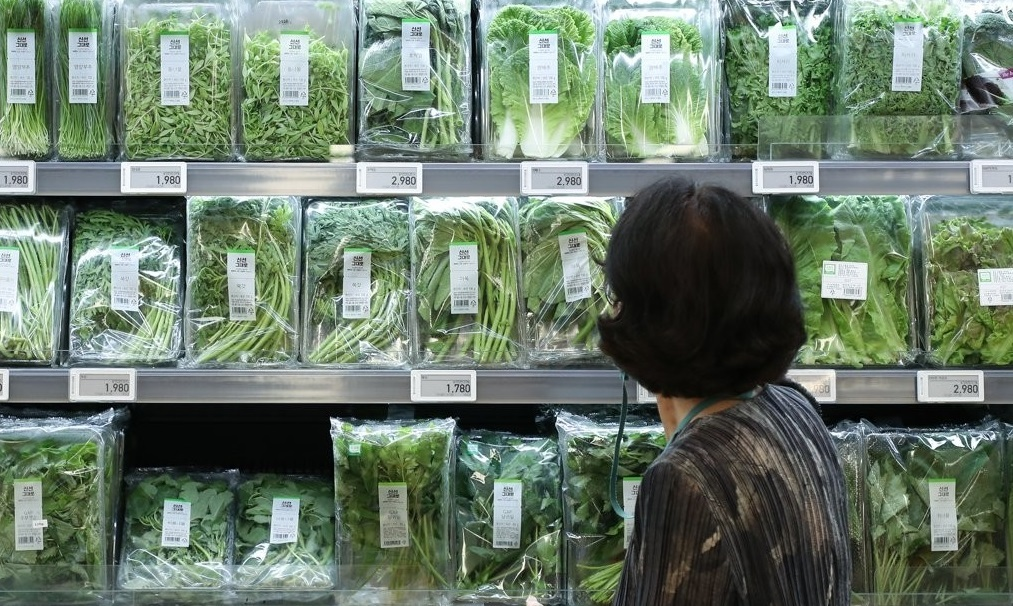 Fresh agricultural products are displayed at a supermarket in Seoul on July 28, 2021. (Yonhap)