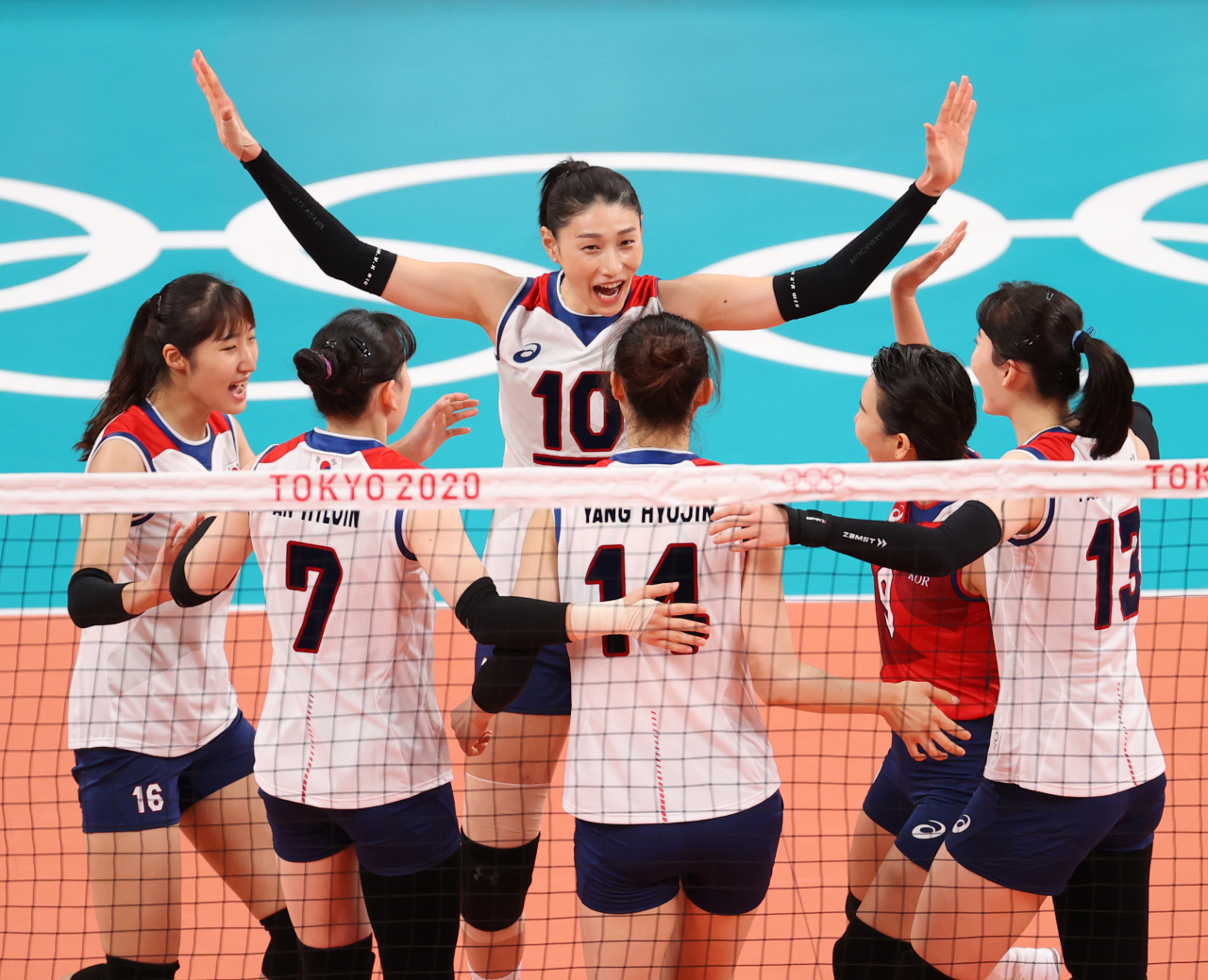 South Korean players celebrate a point against Serbia during the bronze medal match of the Tokyo Olympic women's volleyball tournament at Ariake Arena in Tokyo on Sunday. (Yonhap)