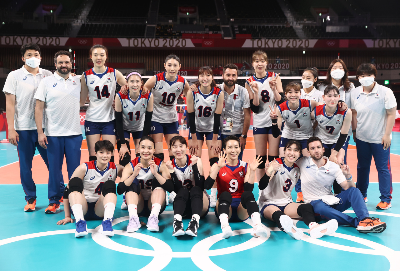 South Korean players and coaches pose for group photos after losing to Serbia in the bronze medal match of the Tokyo Olympic women's volleyball tournament at Ariake Arena in Tokyo on Sunday. (Yonhap)