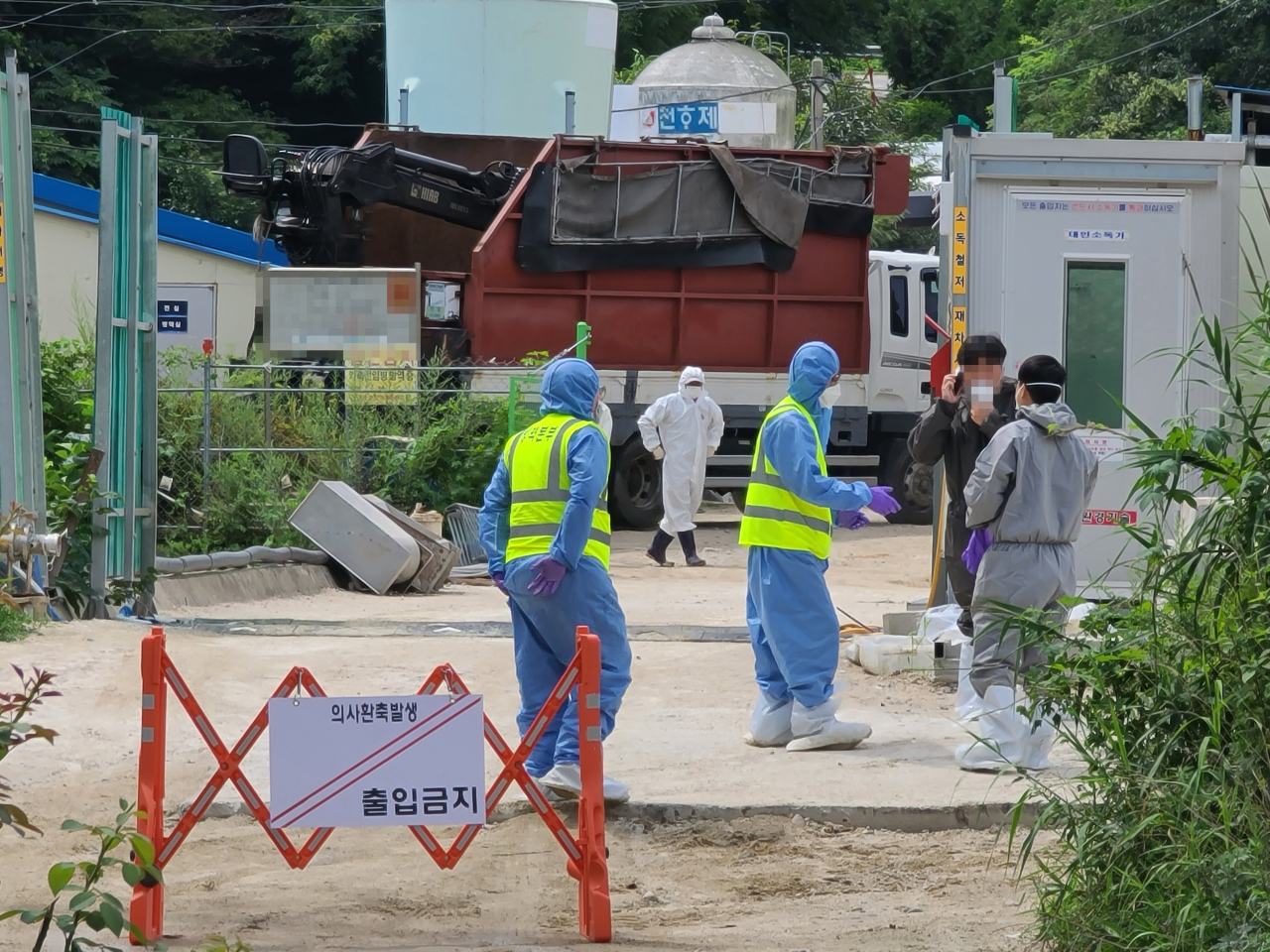 Disinfection officials at work Sunday after an African swine fever case was discovered in Goseong-gun, Gangwon Province. (Yonhap)