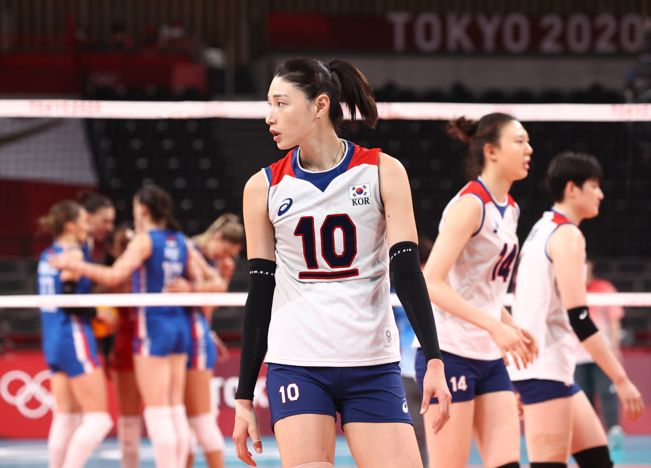 Kim Yeon-koung of South Korea reacts to a point by Serbia during the bronze medal match of the Tokyo Olympic women's volleyball tournament at Ariake Arena in Tokyo on Sunday. (Yonhap)