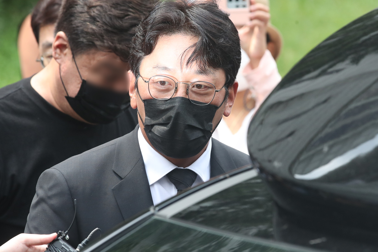 South Korean actor Ha Jung-woo enters the Seoul Central District Court on Tuesday, to attend a hearing over his illegal propofol use. (Yonhap)