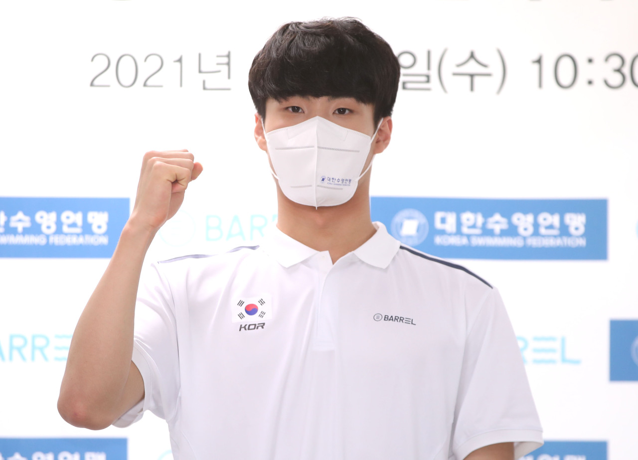 South Korean swimmer Hwang Sun-woo poses for photos after receiving prize money from the Korea Swimming Federation in a ceremony in Seoul on Wednesday. (Yonhap)