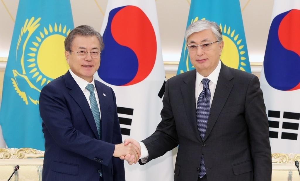 Presidents Moon Jae-in and Kassym-Jomart Tokayev shake hands before thier first summit in the Kazakh capital Nur-Sultan in April 2019. (Yonhap)