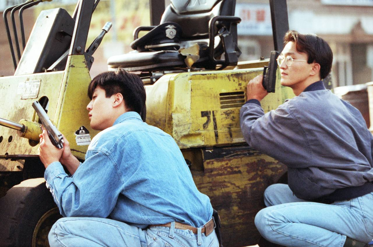 Armed Korean American volunteers guard a market from looters in the Los Angeles neighborhood of Koreatown on April 30, 1992, the second day of the LA riots. (Kang Hyung-won/Los Angeles Times)