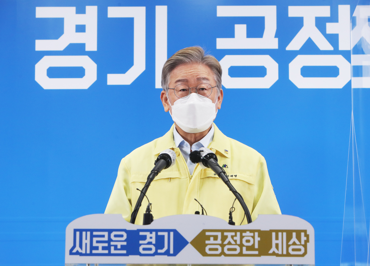 Gyeonggi Province Gov. Lee Jae-myung announces his government's plan to provide universal COVID-19 relief handouts to all residents in a news conference at his office in Suwon, 50 km south of Seoul, on Friday. (Yonhap)