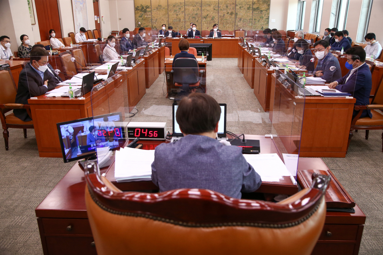 The National Assembly's Culture, Sports and Tourism Committee deliberates on the revision of the Act on Press Arbitration on Tuesday. (Yonhap)
