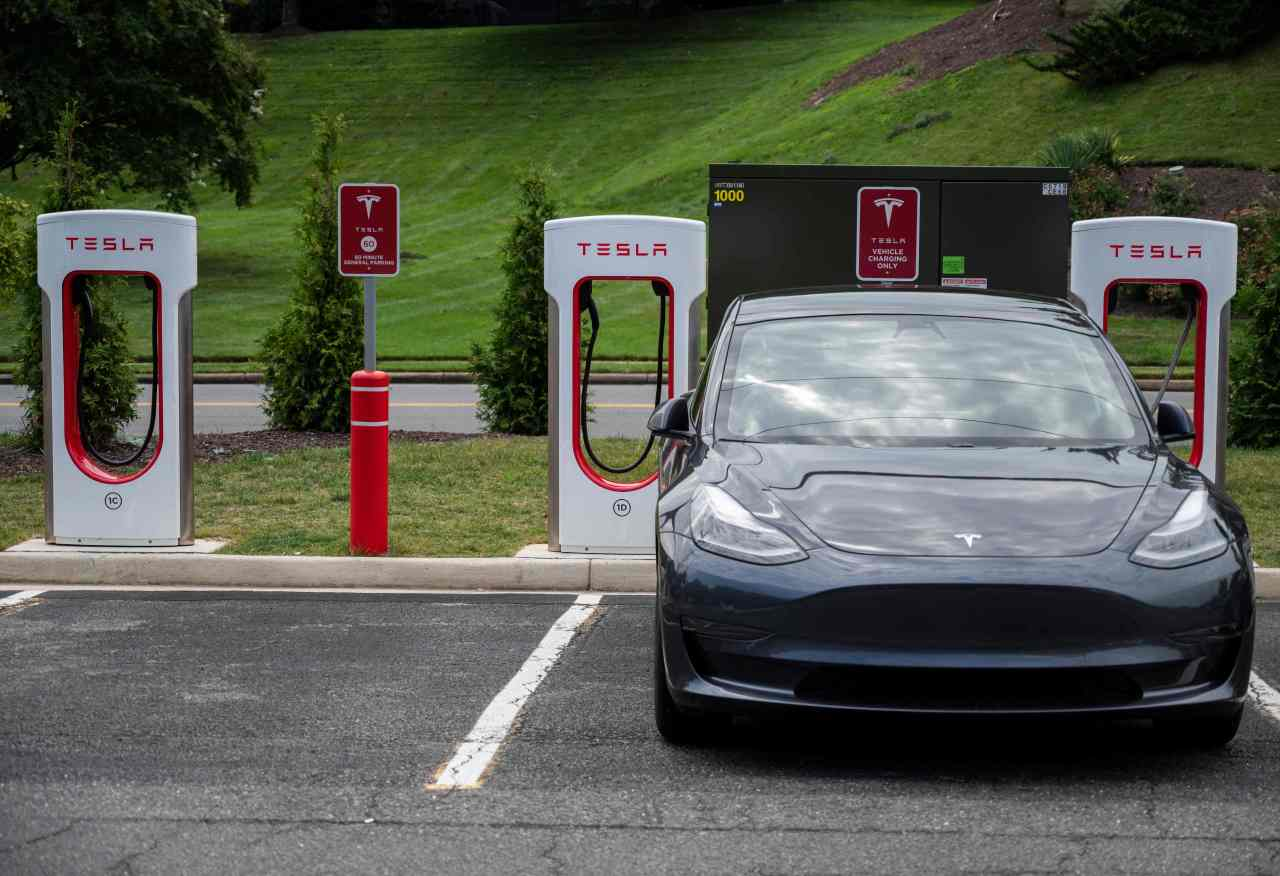 A car charges at a Tesla super charging station in Arlington, Virginia on Aug. 13. (AFP-Yonhap)