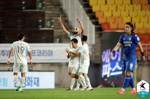 Fejsal Mulic of Seongnam FC (C) celebrates his goal against Suwon Samsung Bluewings in the clubs' K League 1 match at Suwon World Cup Stadium in Suwon, 45 kilometers south of Seoul, last Saturday, in this photo provided by the Korea Professional Football League. (Korea Professional Football League)