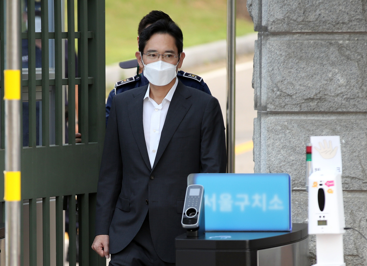 Samsung Electronics Vice Chairman Lee Jae-yong leaves Seoul Detention Center on Aug. 13 as he was granted parole over bribery. (Yonhap)