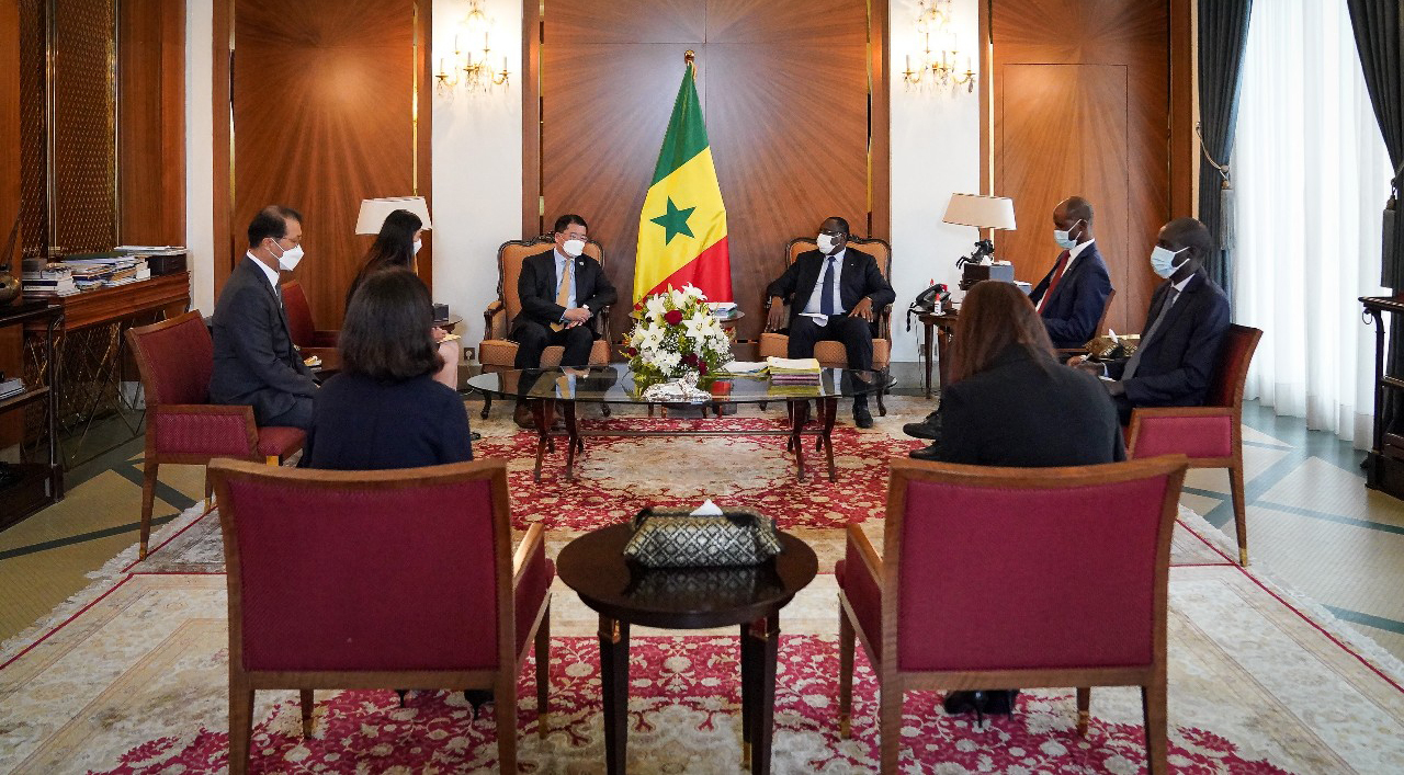First Vice Foreign Minister Choi Jong-kun (4th from L) speaks to Senegalese President Macky Sall during his visit to the African country, in this photo provided by the foreign ministry on Thuesday. (Yonhap)