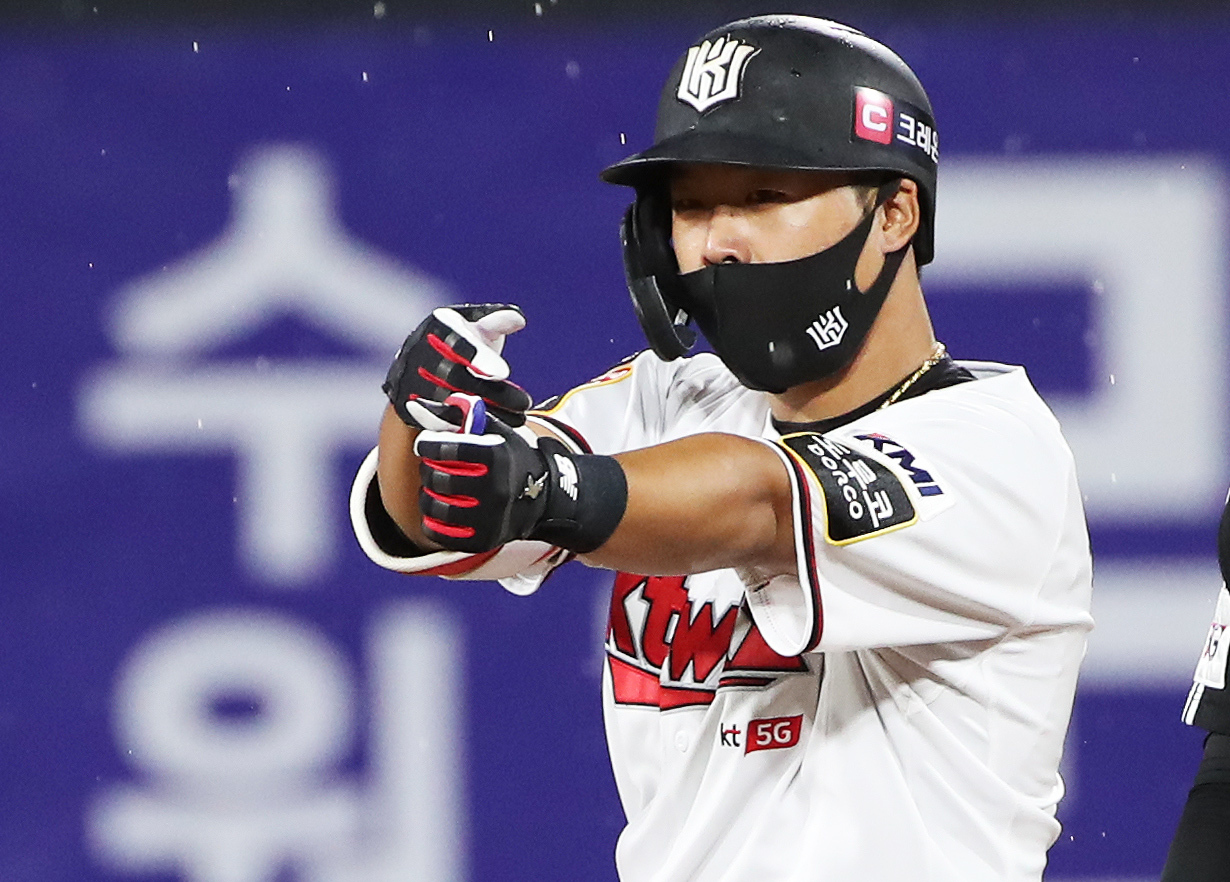 Kang Baek-ho of the KT Wiz celebrates his RBI double against the LG Twins in the bottom of the fifth inning of a Korea Baseball Organization regular season game at KT Wiz Park in Suwon, 45 kilometers south of Seoul, on Monday. (Yonhap)
