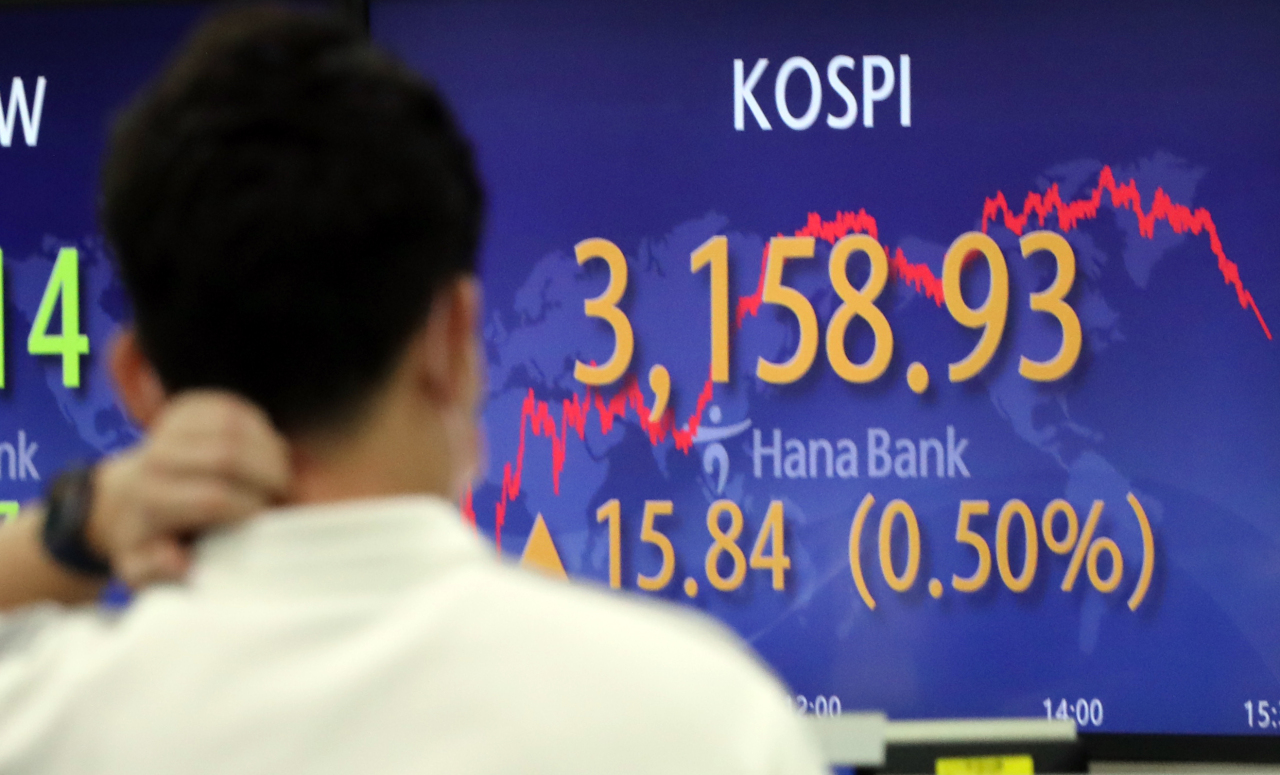 An electronic board at the trading room of a Hana Bank branch in Seoul shows Kospi gained 0.5 percent to close at 3,158.93 points, ending its eight-day losing streak Wednesday. (Yonhap)
