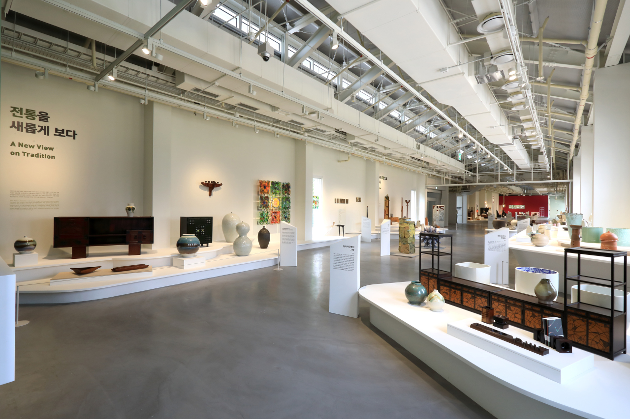 """An installation view of """"Craft, Moving Beyond Time and Boundaries"""" at the Seoul Museum of Craft Art"""