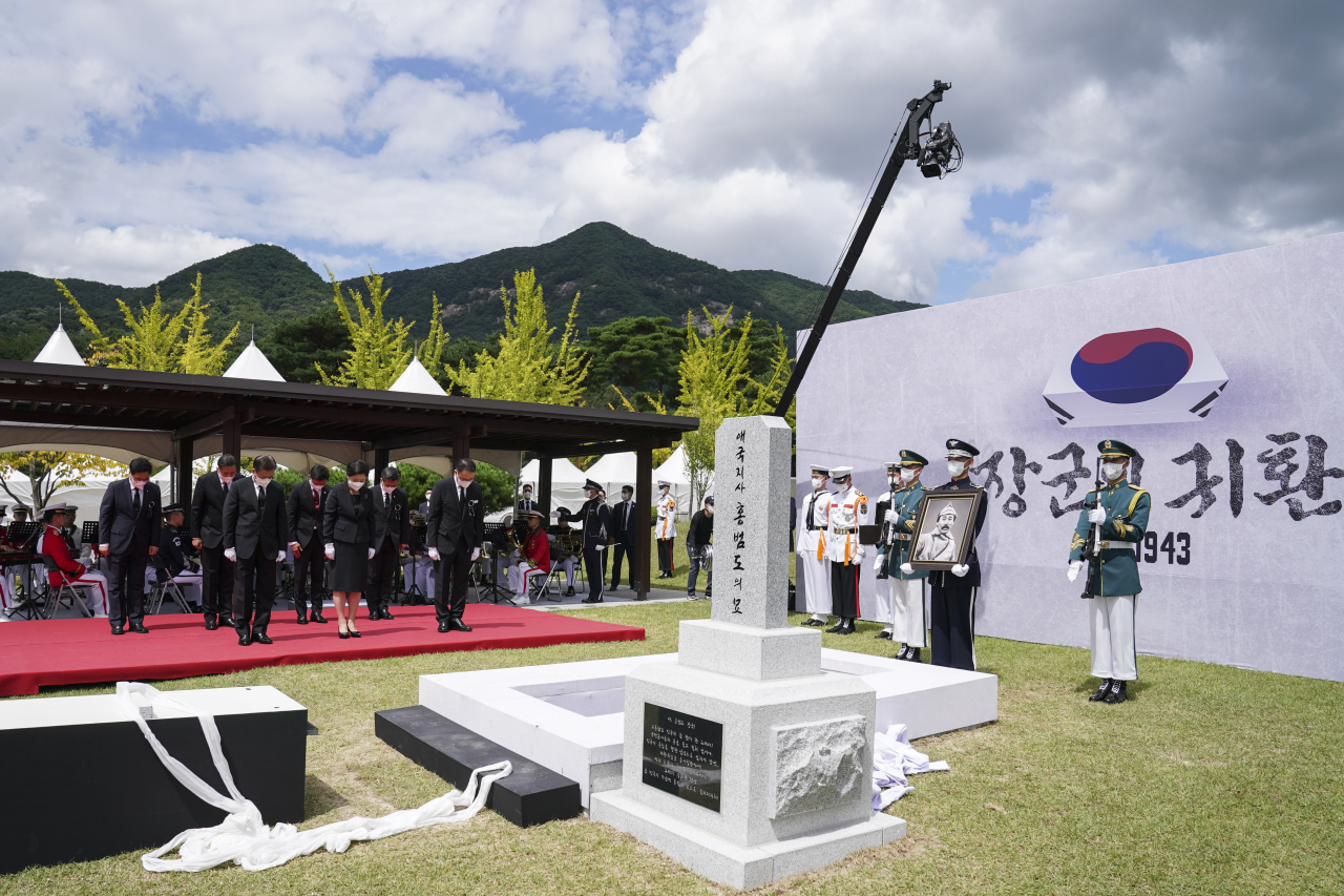 President Moon Jae-in (front row, left) and first lady Kim Jung-sook attend a ceremony to bury the remains of the legendary Korean independence fighter Hong Beom-do at the Daejeon National Cemetery on Wednesday. (Yonhap)