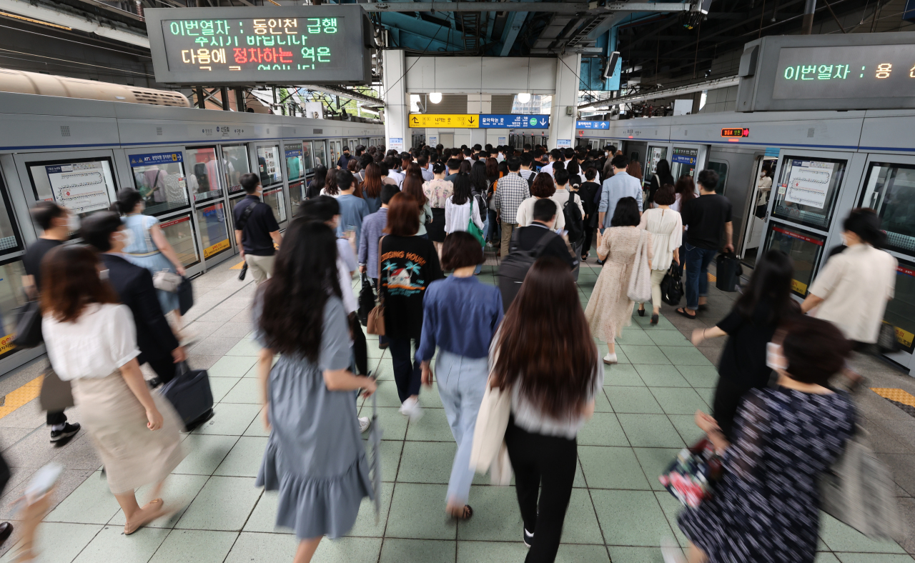People walk across a platform to transfer lines at the Sindorim Station in Guro-gu, southwestern Seoul, on Monday. Seoul Metro`s unionized workers plan to wage a full-scale strike next month in opposition of the restructing plan of the transit authority. (Yonhap)