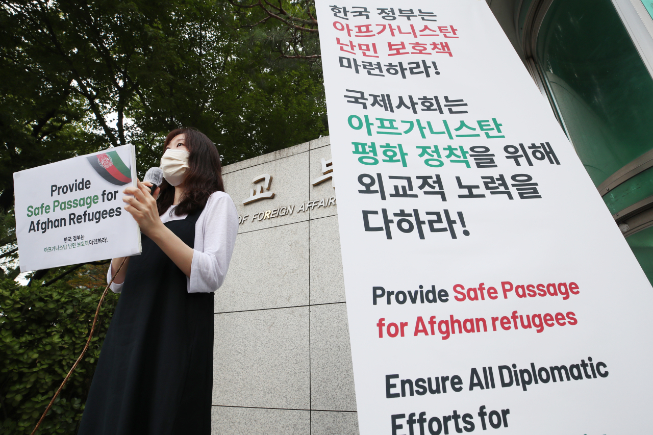 This Aug. 20, 2021, file photo shows Kim Jin, a lawyer for public interest law center Duroo, calling upon the government to provide safe passage for Afghan refugees during a press conference held in front of the foreign ministry building in central Seoul. (Yonhap)