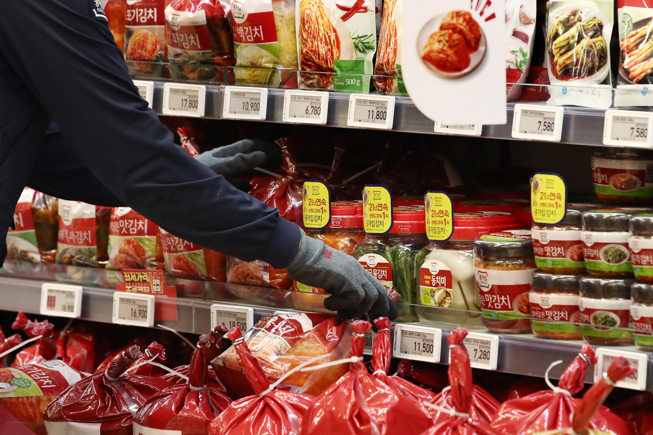 Kimchi products are displayed at a grocery store. (Yonhap)