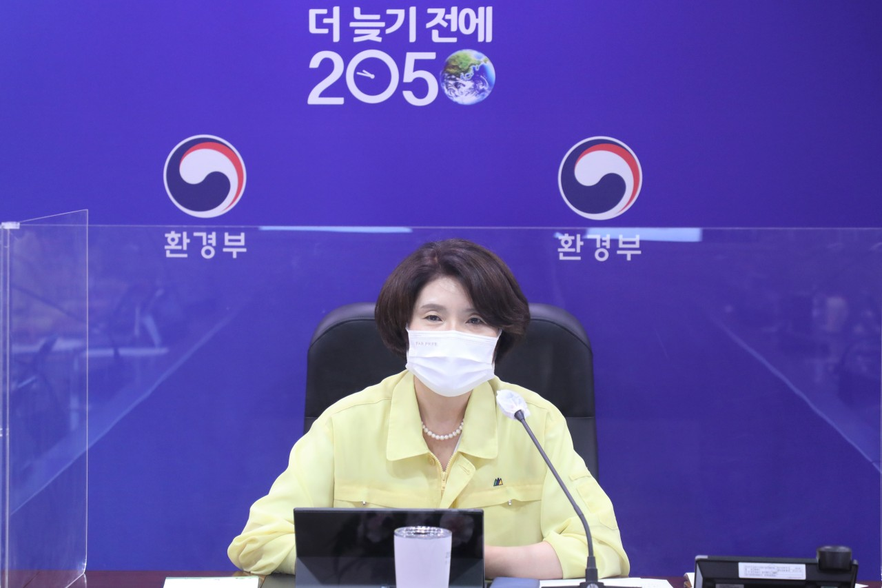 Environment Minister Han Jeoung-ae speaks during a heat wave emergency meeting at Government Complex Sejong on Aug. 2. (Yonhap)