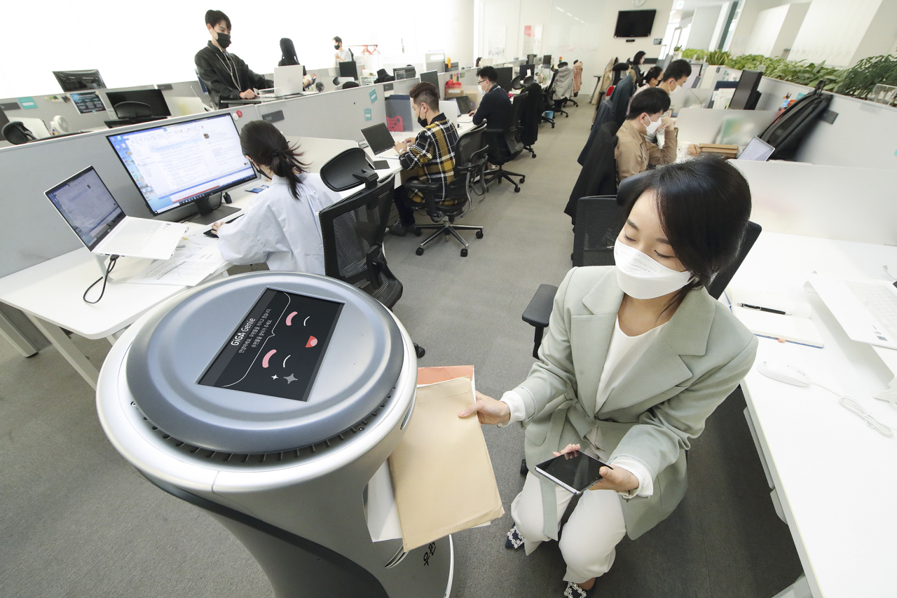 KT showcases its artificial intelligence-based delivery service. (KT)