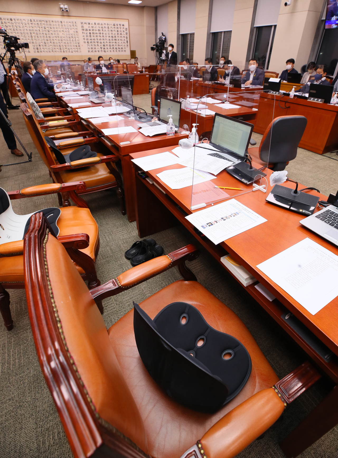 Ruling party members of the Parliamentary Committee on Legislation and Judiciary review a proposed revision to the law on press arbitration and remedies at the National Assembly in Seoul on Wednesday, while seats vacated by protesting opposition party members remain empty. (Yonhap)