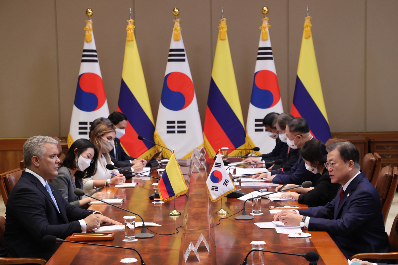 Presidents Moon Jae-in and Ivan Duque hold summit talks at Cheong Wa Dae in Seoul on Wednesday. (Yonhap)