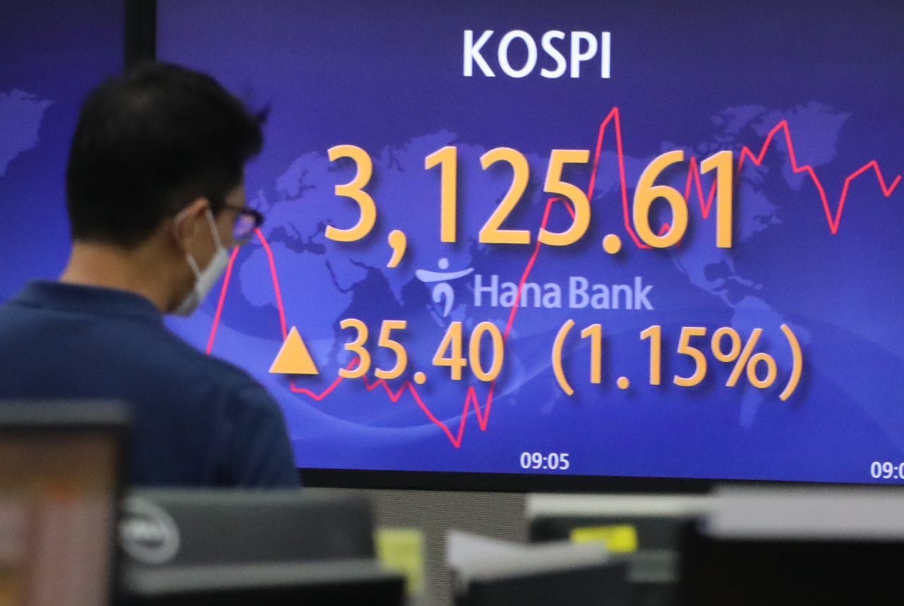 A monitor at the dealing room of the headquarters of Hana Bank shows the benchmark KOSPI price on Tuesday (Yonhap)