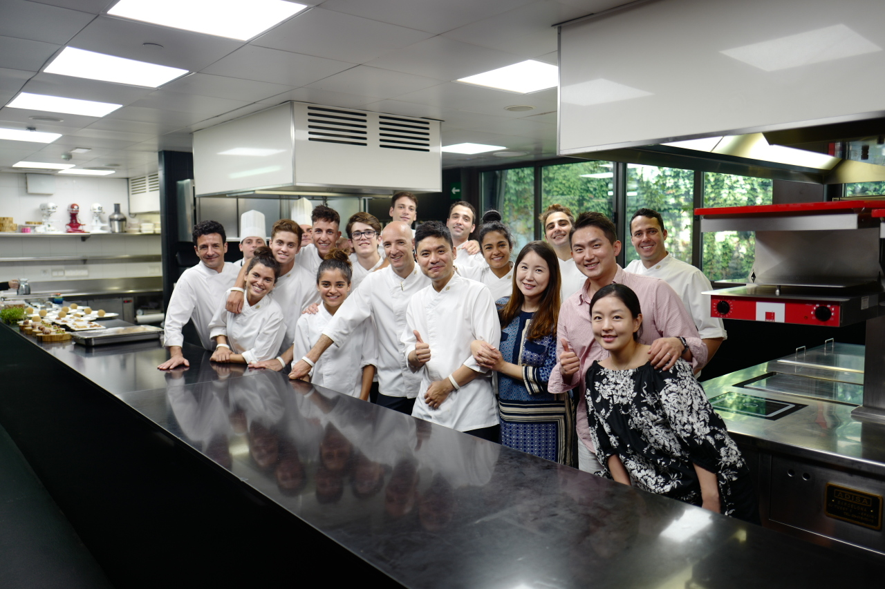 Lee (center) poses with his fellow chefs and staff at Moments, a Michelin-starred restaurant in Barcelona, Spain. (Lee Sang-hoon)