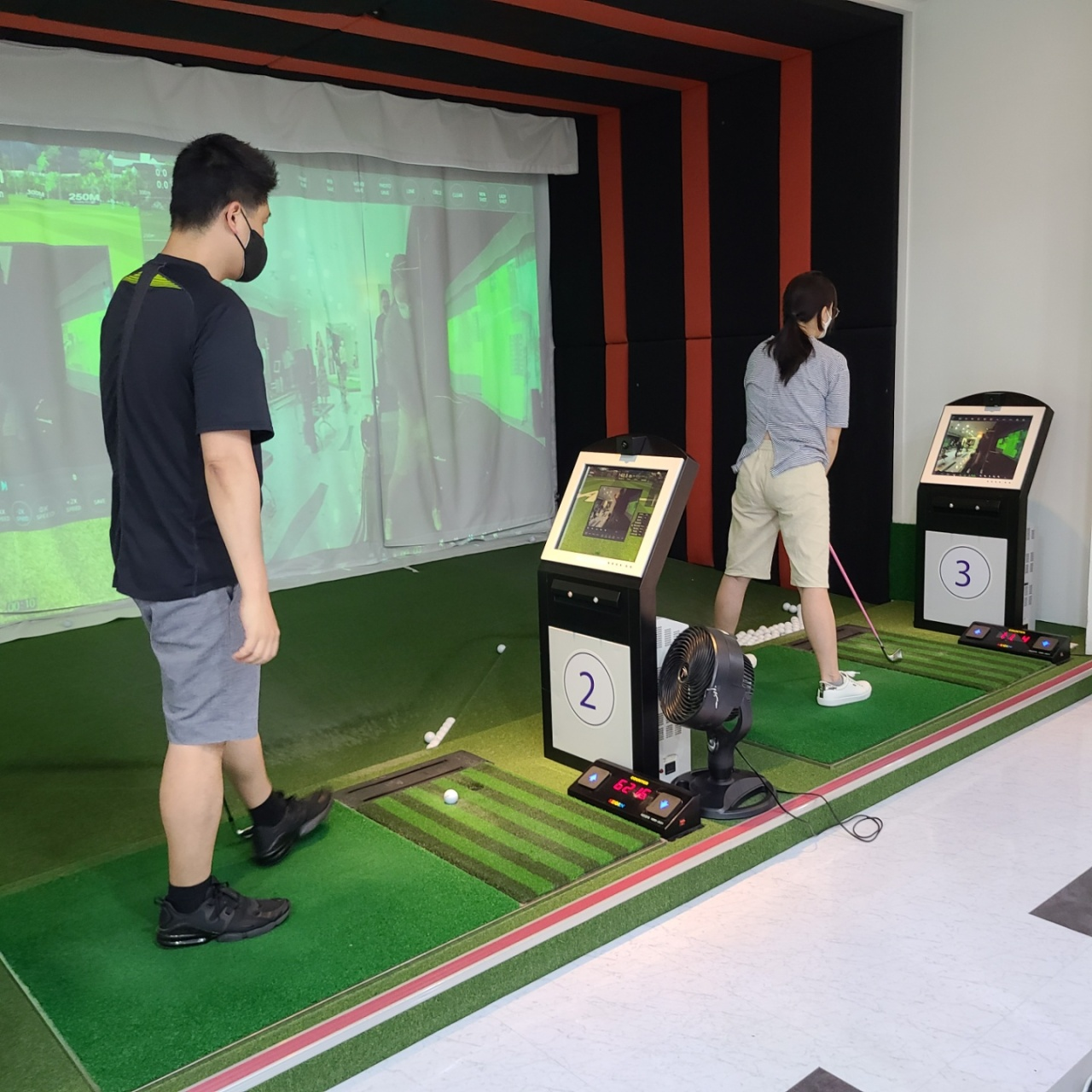 Young members practice golf after work at a screen golf facility in Bundang-gu, Gyeonggi Province. (The Korea Herald/Kang Jae-eun)