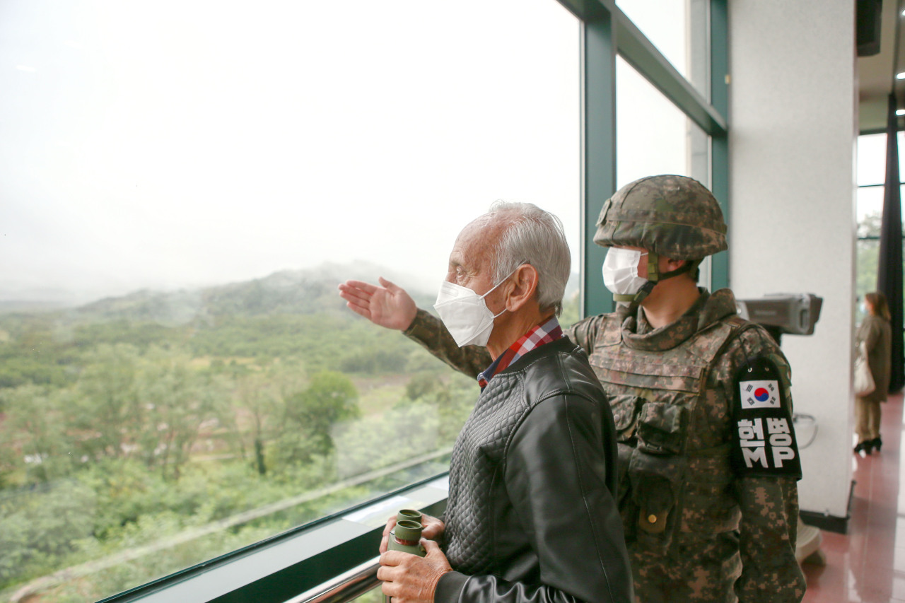 Alvaro Lozano, a Colombian veteran who took part in the 1950-53 Korean War, looks at North Korea from the Peace Observatory in Cheorwon, Gangwon Province, near the Demilitarized Zone on Tuesday. (Yonhap)