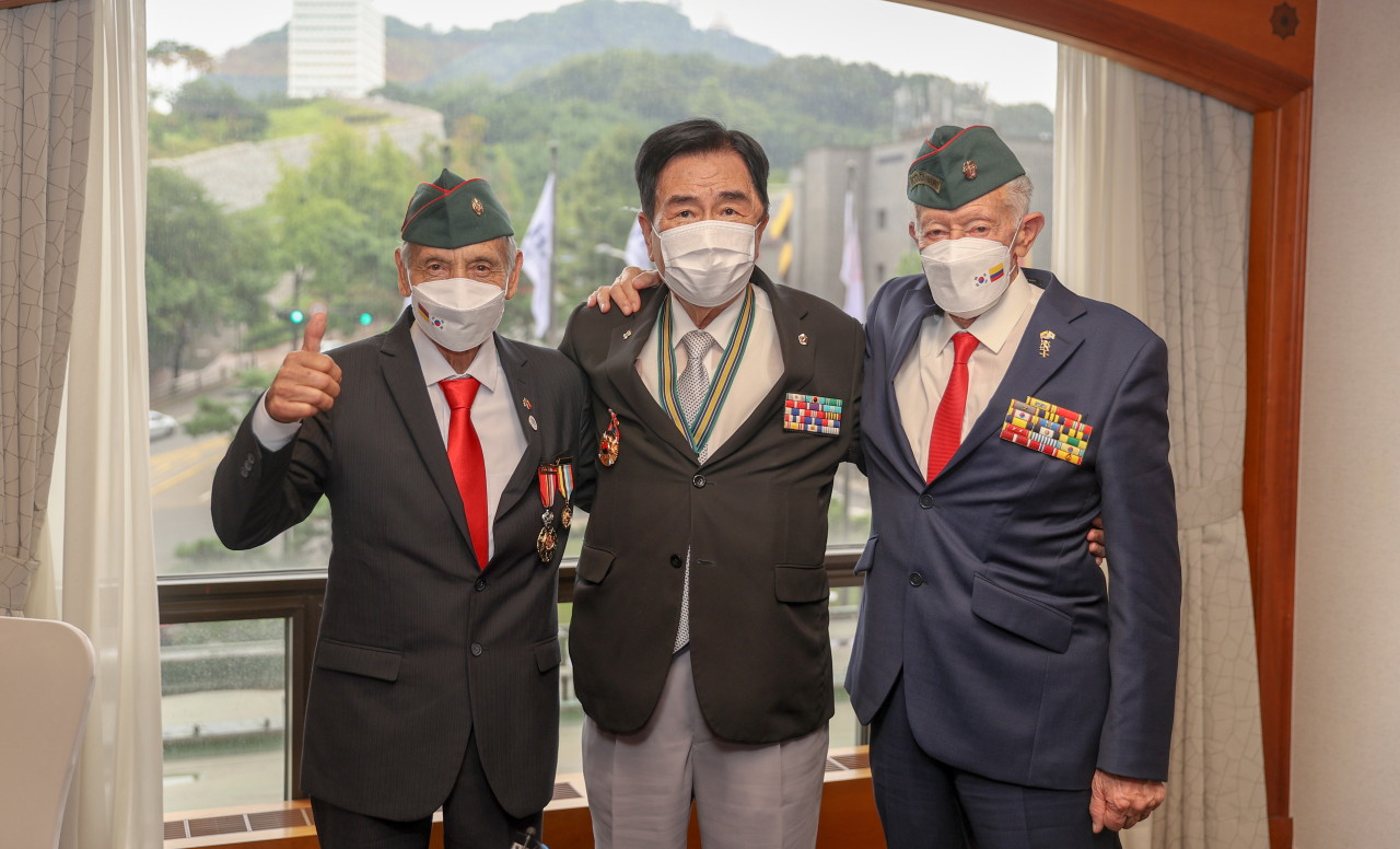 Colombian and South Korean war veterans who took part in the 1950-53 Korean War pose for a picture after an interview with The Korea Herald at Millennium Hilton Seoul on Thursday. From left to right: Alvaro Lozano,Kim Ki-jae andGuillermo Rodriguez. (Yonhap)