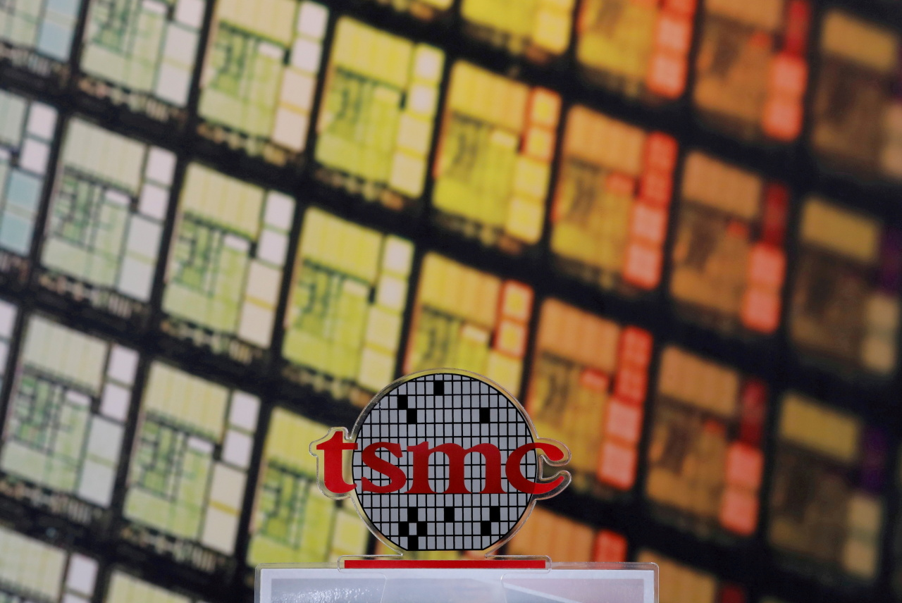 A logo of Taiwan Semiconductor Manufacturing Co. (TSMC) is seen at its headquarters in Hsinchu, Taiwan Aug. 31, 2018. (Yonhap-Reuters)