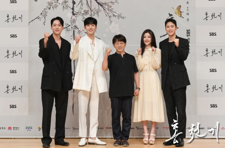 Actors Kwak Si-yang (left) and Ahn Hyo-seop, director Jang Tae-yoo, actors Kim You-jung and Gong Myoung pose for a photo after an online press conference Wednesday (SBS)