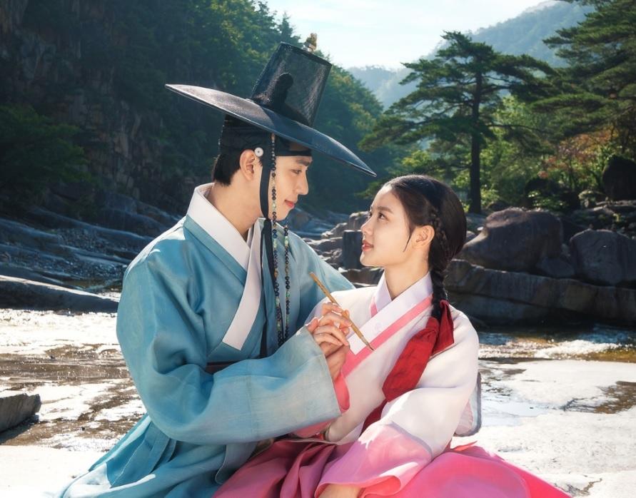 """Ahn Hyo-seop (left) stars as Ha-ram and Kim You-jung as Hong Chun-gi in """"Red Sky"""" (SBS)"""