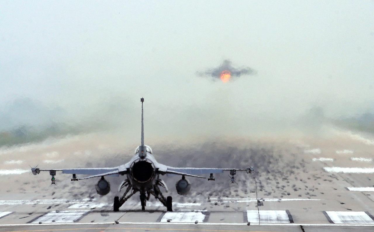 Fighter jet F-16 Falcon lifts off tarmac at Osan Air Base (Yonhap)