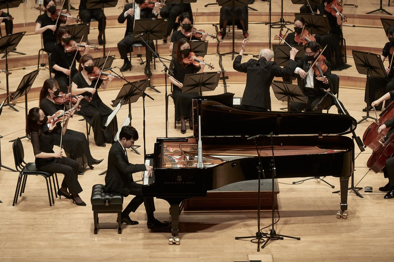 Pianist Sunwoo Yekwon performs with the Seoul Philharmonic Orchestra led by Osmo Vanska at the Lotte Concert Hall in Seoul on Aug. 13. (Lotte Concert Hall)