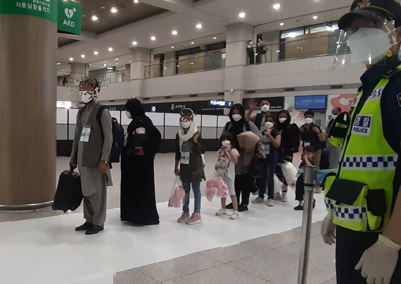 Afghan families pose for a photo after passing immigration at Incheon Airport on Thursday evening. (Shin Ji-hye/The Korea Herald)