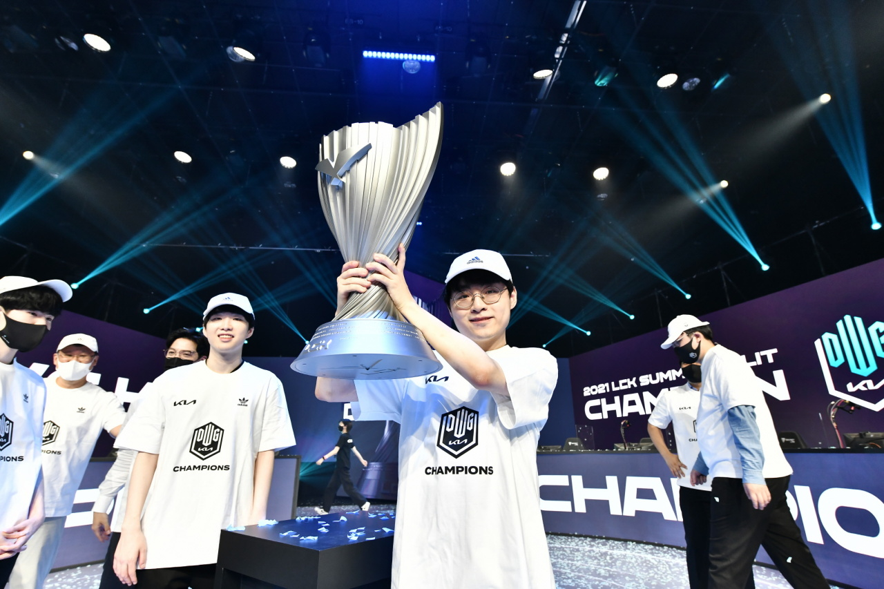 """Heo """"Showmaker"""" Su hoists the LCK trophy after winning the finals at CJ ENM Studio in Goyang, Gyeonggi Province, on Saturday. (LCK)"""