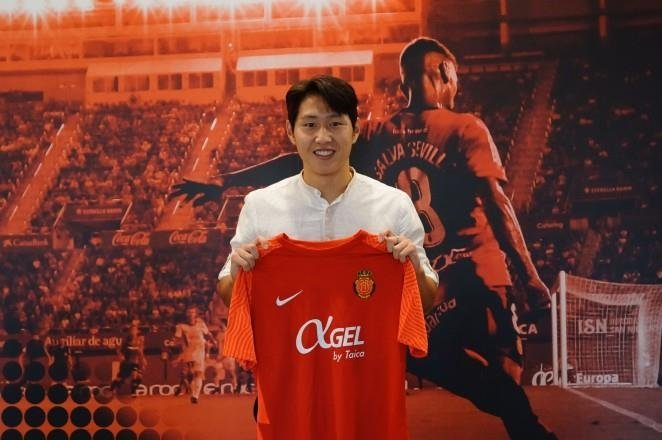 South Korean midfielder Lee Kang-in poses with his new uniform for RCD Mallorca after signing a four-year deal with the Spanish club. (RCD Mallorca)