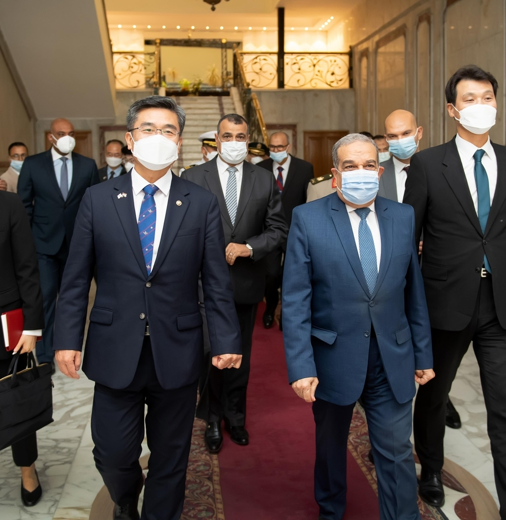 This photo shows Defense Minister Suh Wook (L) with Egypt's defense industry minister Mohamed Ahmed Morsi during a two-day visit to the Middle Eastern country on Monday. (Defense Ministry )