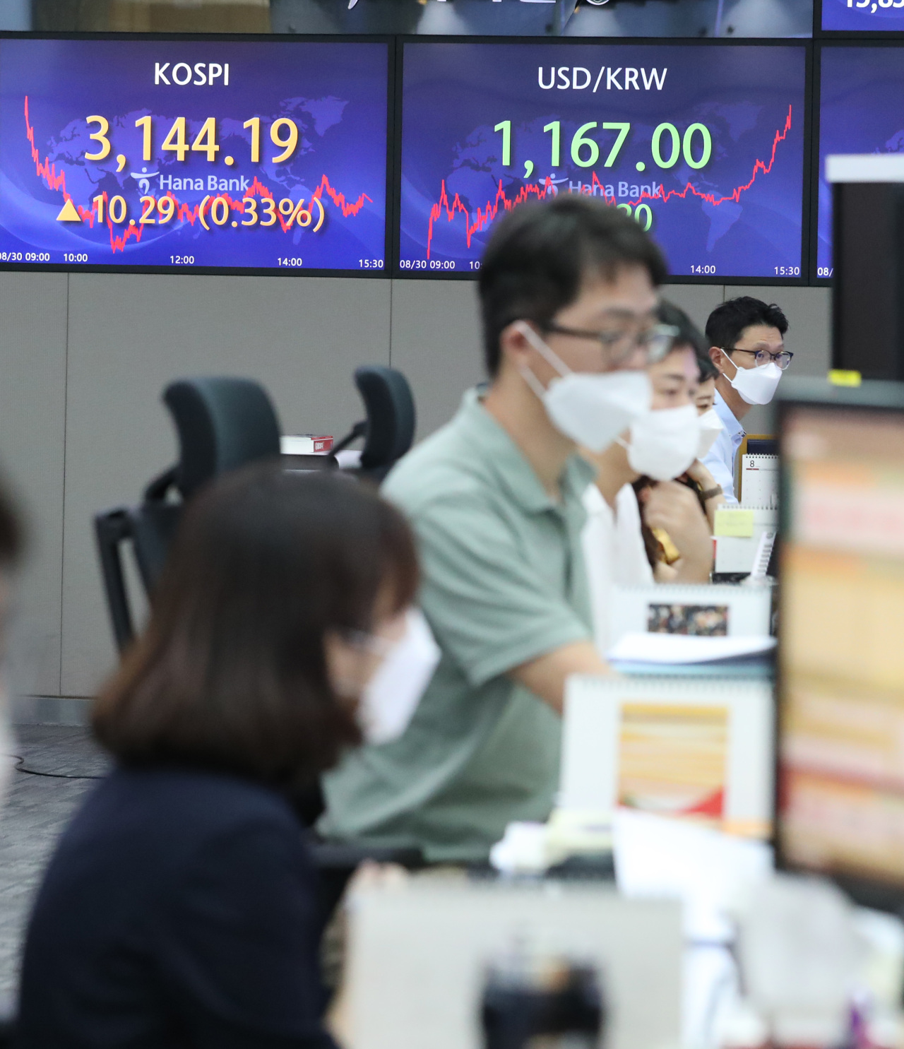 This photo, taken on Monday, shows a dealing room in Hana Bank in central Seoul. (Yonhap)